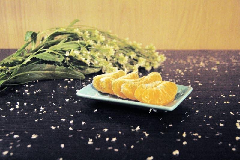 Todavía vida: mandarinas y flores fotos de archivo