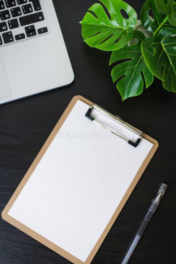 Todavía vida, negocio, materiales de oficina o concepto de la educación: Imagen de la visión superior del cuaderno abierto, del t fotos de archivo