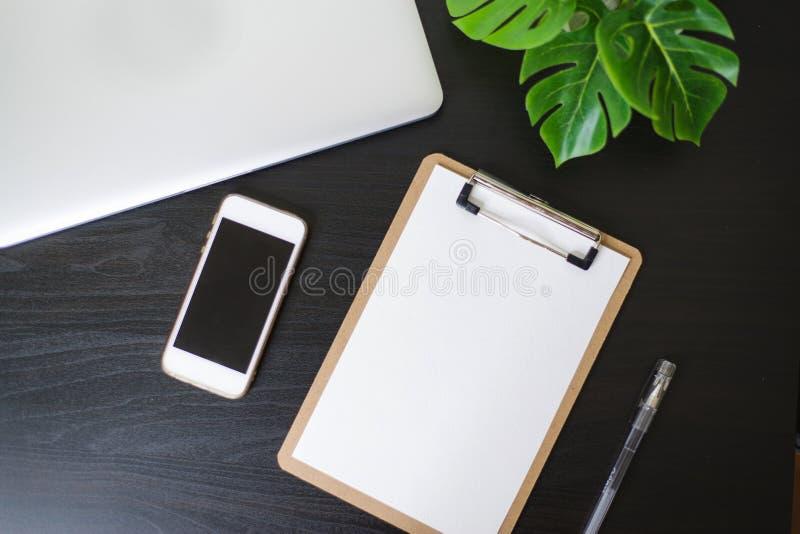 Todavía vida, negocio, materiales de oficina o concepto de la educación: Imagen de la visión superior del cuaderno abierto, del t imagenes de archivo