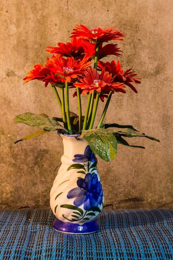 Todavía vida - plástico de la flor en florero fotos de archivo libres de regalías