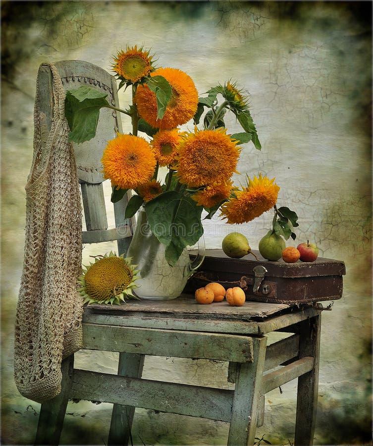 todavía vida que consiste en los girasoles en una silla imagen de archivo