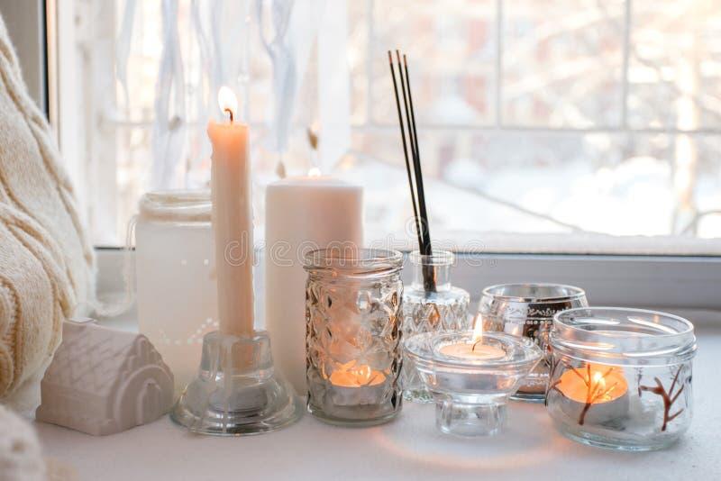 Todav?a atm?sfera casera de la vida en el interior con las velas y palillo en el alf?izar, elementos caseros de la decoraci?n, el imagenes de archivo