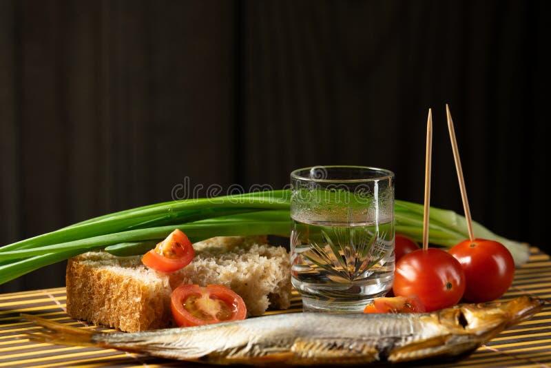 Todav?a cebollas verdes de la vodka de la vida del tomate alcoh?lico de los pescados fotos de archivo
