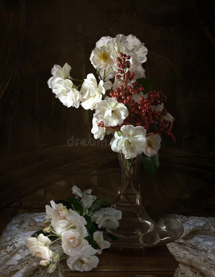 Todav?a vida con las rosas blancas fotos de archivo libres de regalías