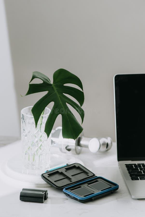 Todav?a vida que trabaja del escritorio casero con el equipo fotogr?fico profesional, c?mara, lente, monitor de computadora, elec fotografía de archivo libre de regalías