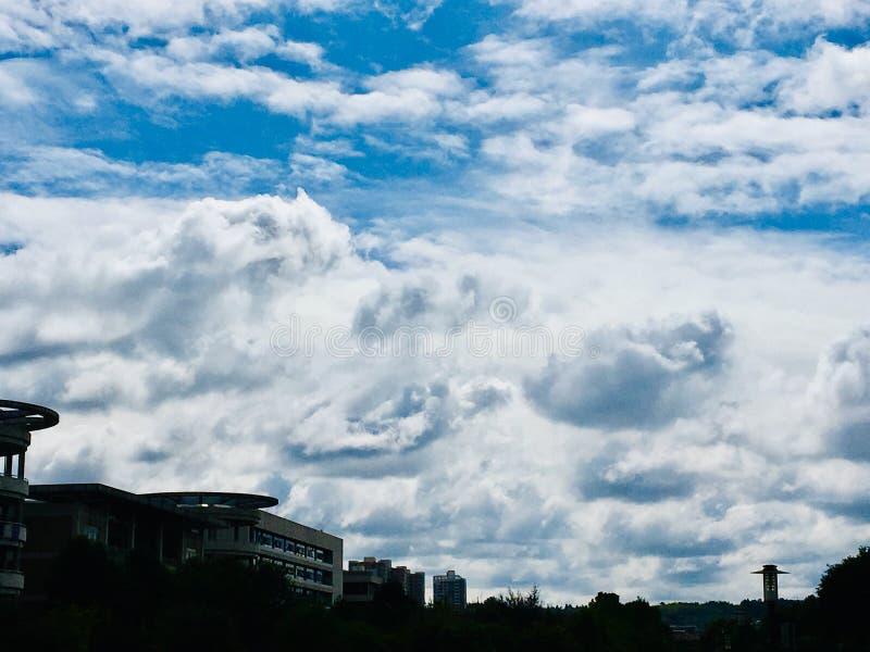 Today' är blå himmel för s full av tjocka vita moln fotografering för bildbyråer