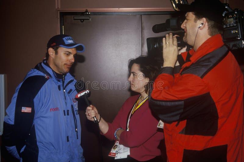 Todd Hayes, ganador del medallista de plata en Bobsledding con los reporteros, 2002 olimpiadas de invierno, Salt Lake City, UT imagen de archivo libre de regalías