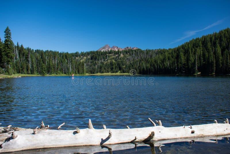 Todd Lake längs kaskad krökningen Oregon för scenisk Byway för sjöar den near arkivfoto