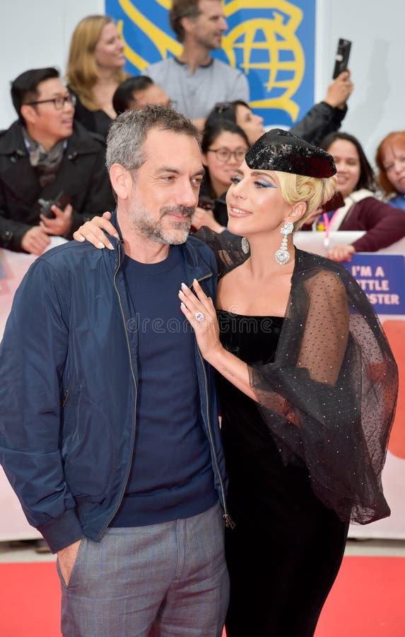 Todd Phillips e a senhora Gaga na premier de uma estrela são nascidos no festival de cinema internacional 2018 de Toronto fotos de stock