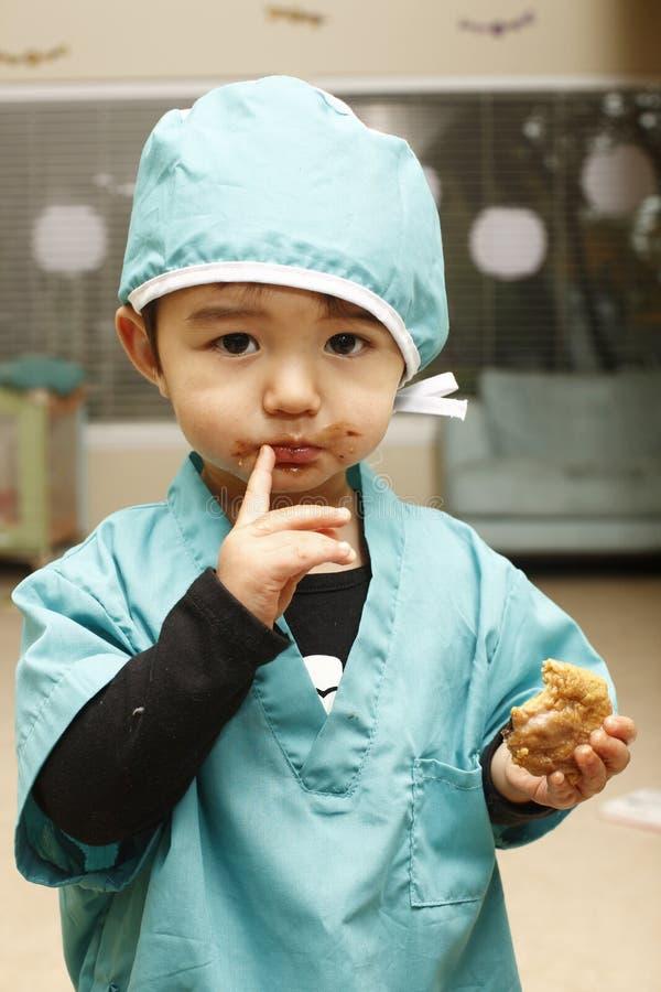 Toddle im Kostüm des Chirurgen. stockfoto