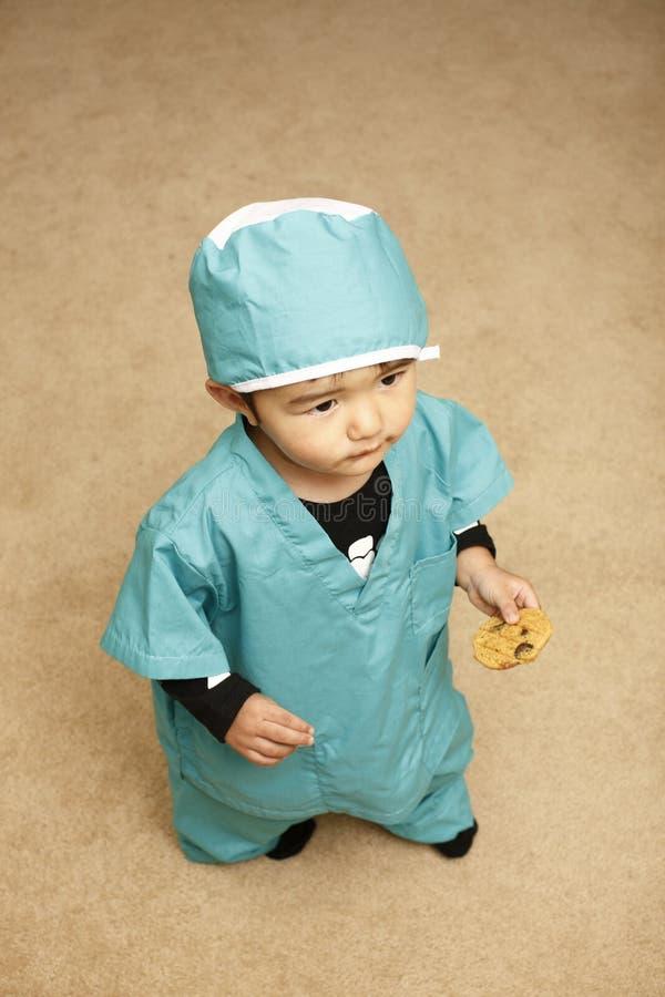Toddle no traje do cirurgião. imagens de stock royalty free
