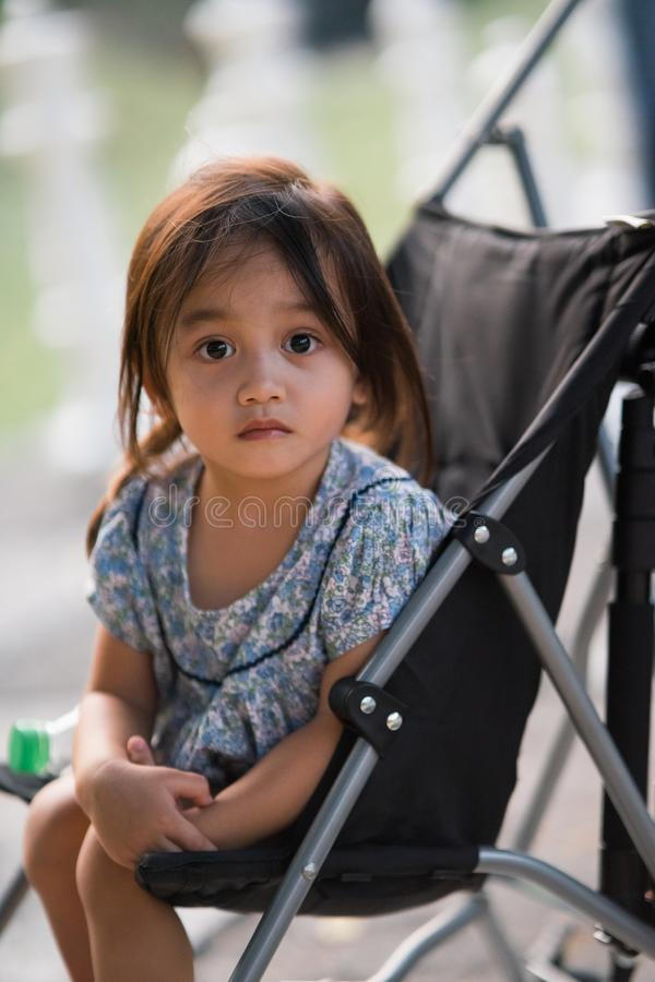 Toddler zit in de stroller royalty-vrije stock fotografie