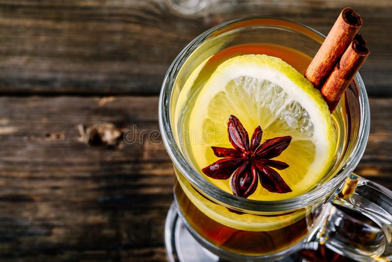 Toddy aromatizzato caldo del sidro di Apple con il bastone del limone, del miele e di cannella in vetro fotografia stock