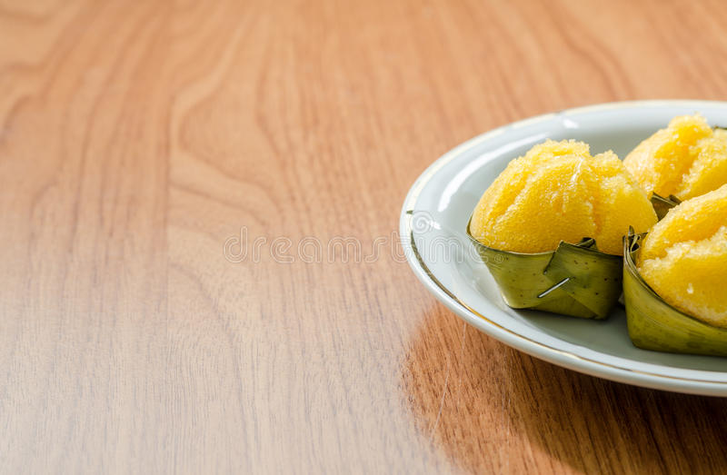 Toddy Palm Cake com o coco no prato branco no fundo de madeira foto de stock