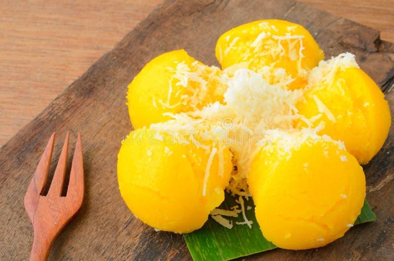 Toddy Palm Cake eller Kanom Tarn är söt guling gömma i handflatan kakan med kokosnöten arkivfoton