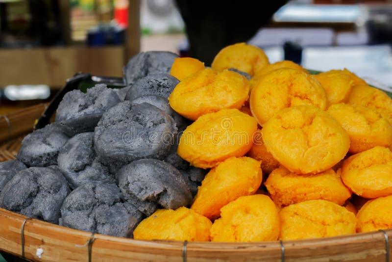 Toddy Palm Cake Kanom Tarn är thailändska efterrätter gråa och gula i magasinet arkivfoton