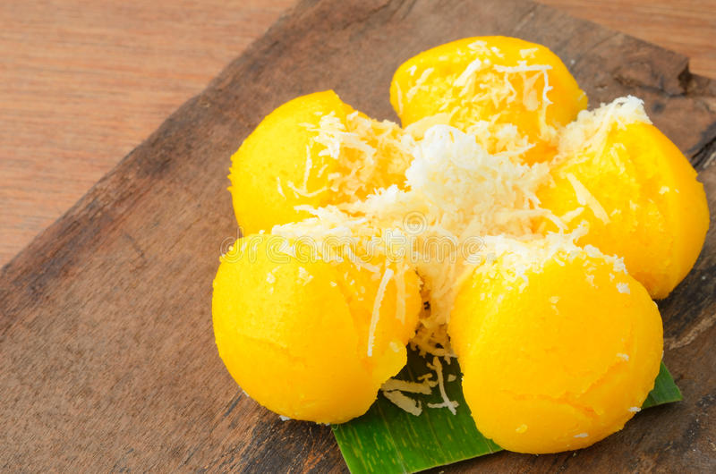 Toddy Palm Cake o Kanom il Tarn è dolce giallo dolce della palma con la noce di cocco fotografie stock libere da diritti