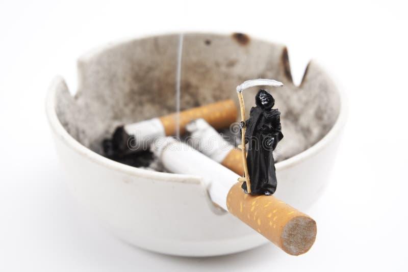 Todessteuerknüppel-Zigarette stockfotografie