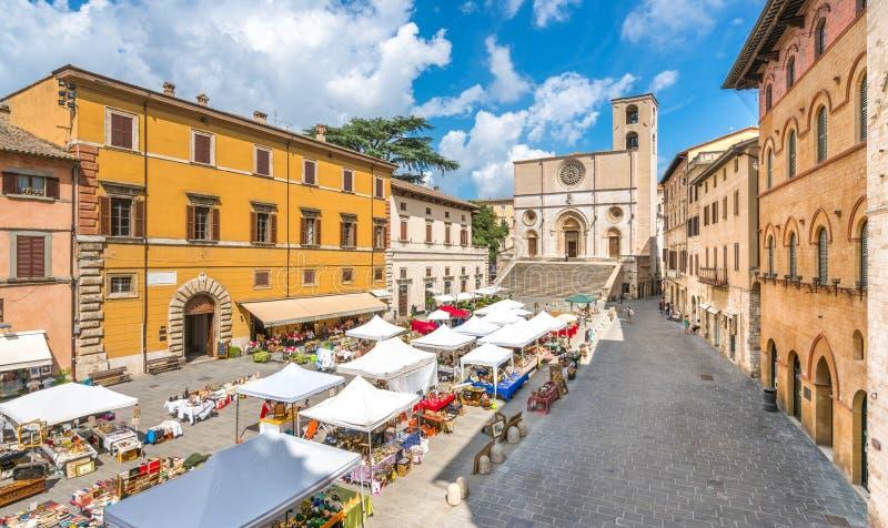 Todi härlig stad i landskapet av Perugia, Umbria, centrala Italien arkivfoton