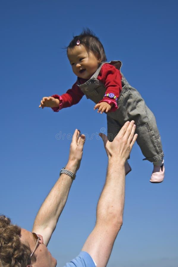 Todler s'est soulevé dans le ciel photo libre de droits