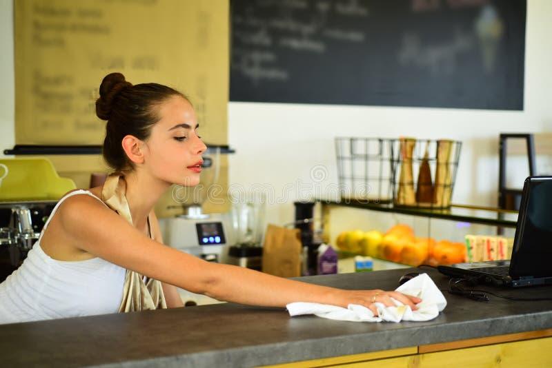 Todo debe ser perfecto Encimera limpia de Barista en barra Barista de la mujer en cafetería Soporte bonito de la mujer detrás fotografía de archivo