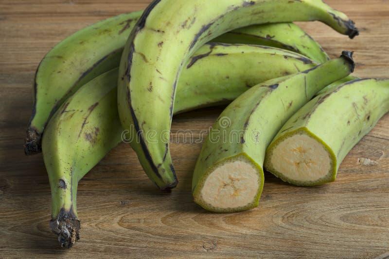 Todo e bananas verdes parcialmente verdes foto de stock royalty free