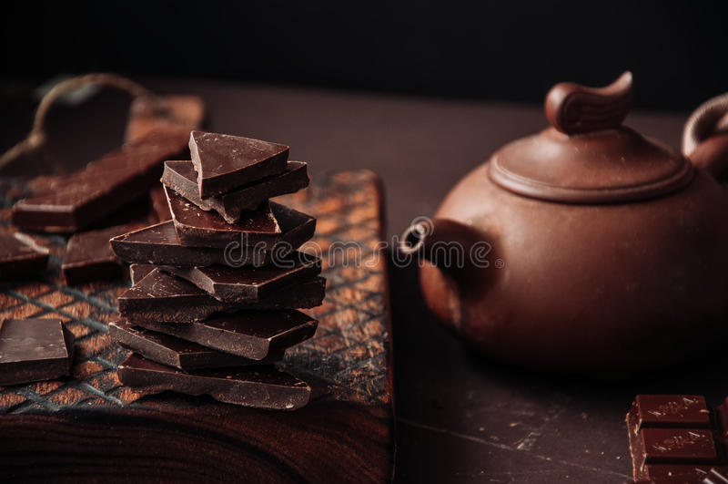 Todo e fatias de chocolate escuro em uma placa de madeira em Monochro fotos de stock royalty free