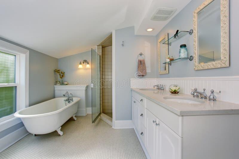 Todo el cuarto de baño principal de lujo blanco con la bañera del vintage imágenes de archivo libres de regalías