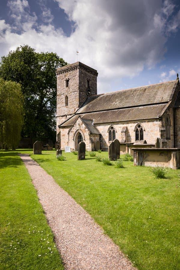 Todo el Iglesia-pueblo de los santos de Hovingham imágenes de archivo libres de regalías