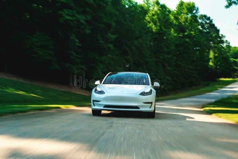Todo el modelo eléctrico 3 en Raleigh, NC de Tesla El modelo 3 se fija para ser el vehículo eléctrico del gran público del ` s pr foto de archivo