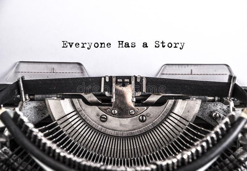 Todo el mundo tiene una historia mecanografiada palabras en una máquina de escribir del vintage imagenes de archivo