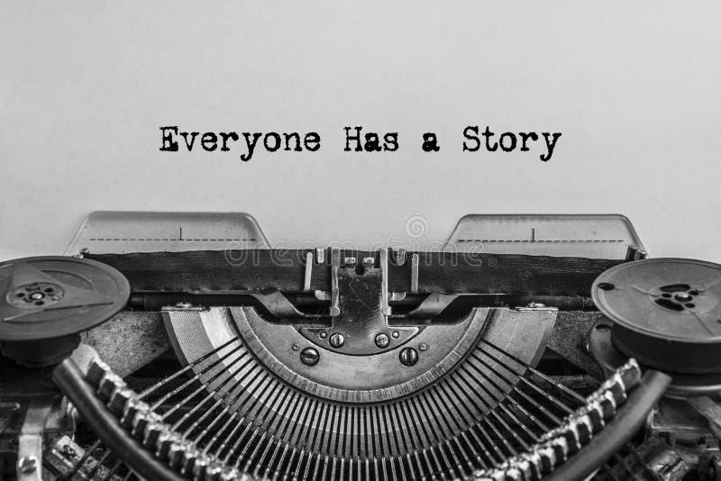 Todo el mundo tiene una historia, mecanografiada palabras en una máquina de escribir del vintage imágenes de archivo libres de regalías