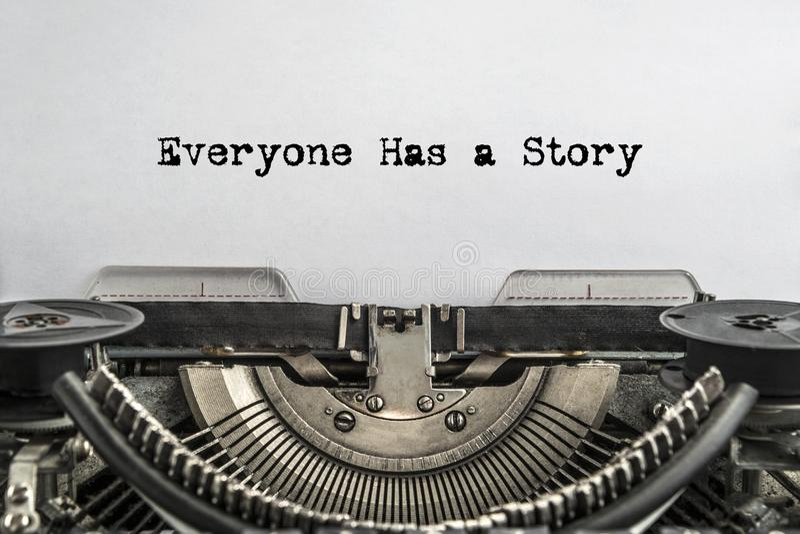 Todo el mundo tiene una historia, mecanografiada palabras en una máquina de escribir del vintage imagen de archivo libre de regalías