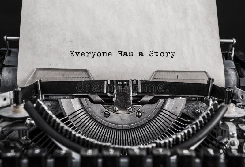 Todo el mundo tiene una historia mecanografiada palabras en una máquina de escribir vieja del vintage imagen de archivo libre de regalías