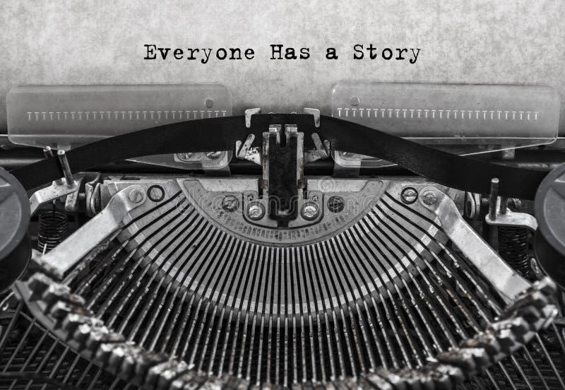 Todo el mundo tiene una historia mecanografiada palabras en una máquina de escribir vieja del vintage fotos de archivo libres de regalías