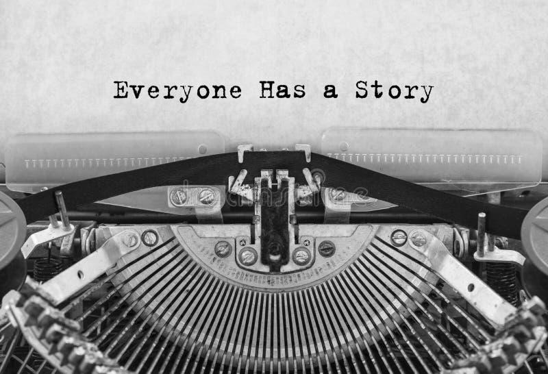 Todo el mundo tiene una historia mecanografiada palabras en una máquina de escribir vieja del vintage imágenes de archivo libres de regalías