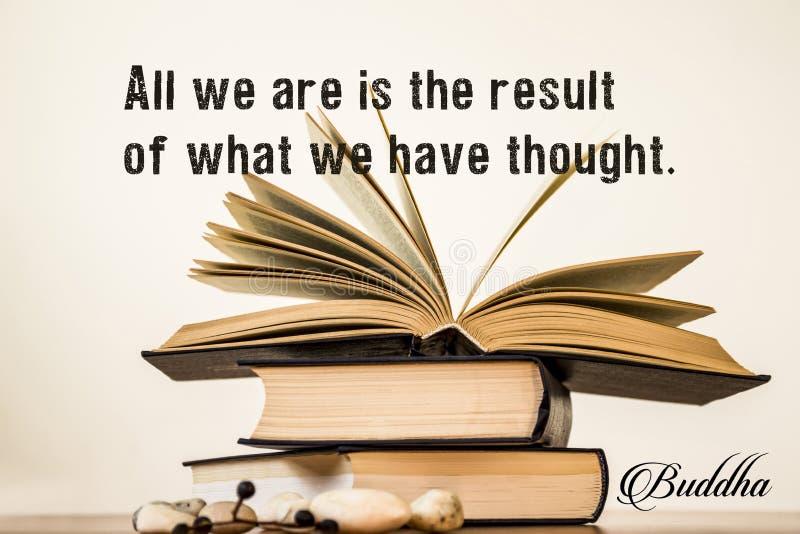 Todo lo que somos es el resultado de lo que hemos pensado Buda Abra el libro en un fondo ligero imagen de archivo libre de regalías