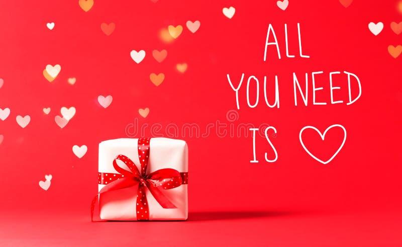 Todo lo que usted necesita es mensaje del amor con la actual caja con las luces del corazón fotografía de archivo