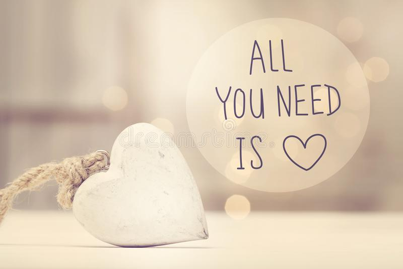 Todo lo que usted necesita es mensaje del amor con un corazón blanco fotografía de archivo libre de regalías