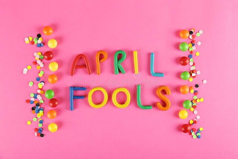 Todo o conceito com acessórios do feriado, o 1º de abril atributos temáticos do fundo do dia dos tolos do partido Perto acima, es fotos de stock