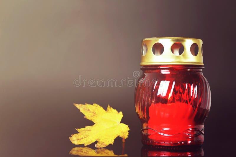 Todo o dia de Saint Folha ardente da vela e do outono foto de stock royalty free