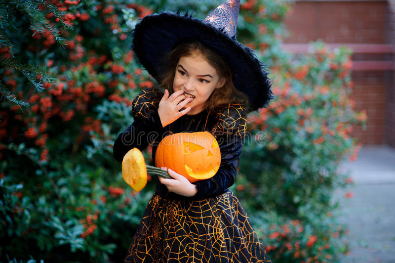 Todo o Saints& x27; Dia A menina bonito retrata a bruxa má foto de stock