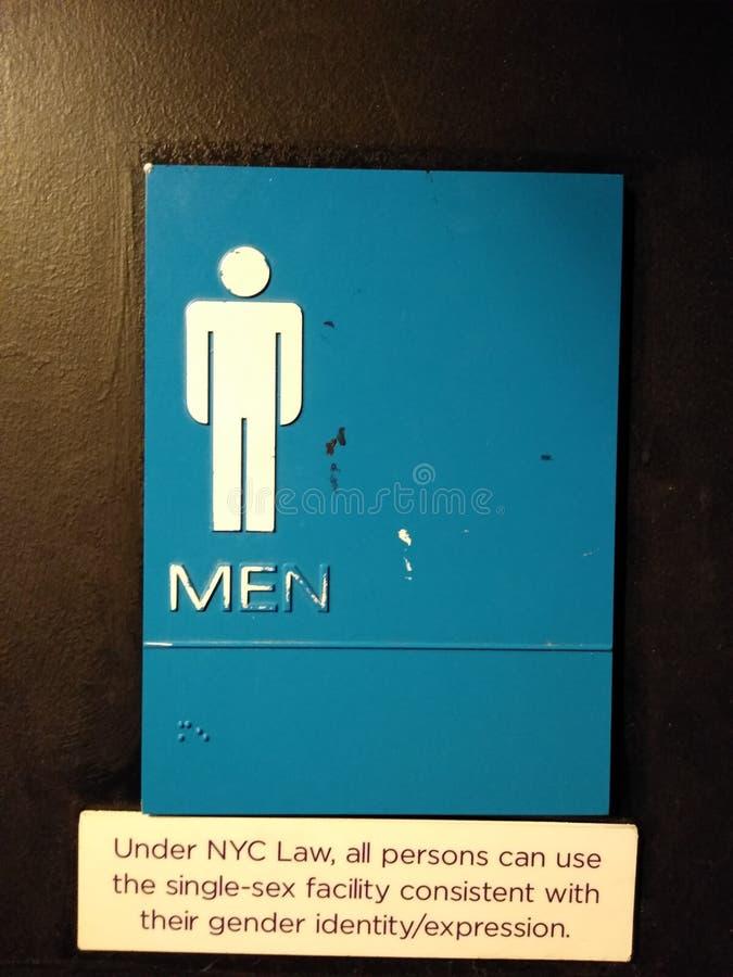 Todo o toalete do gênero, sinal público do banheiro, sala de homens, lei de NYC, NYC, NY, EUA imagens de stock royalty free