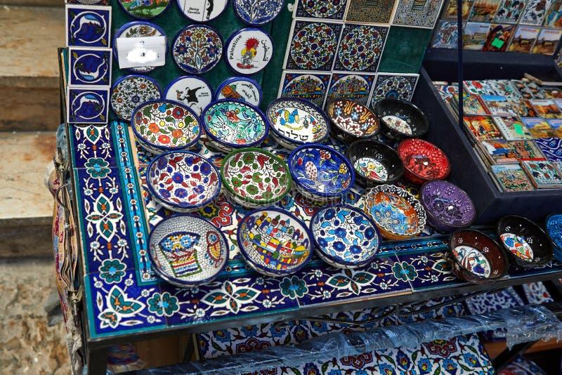 Todos los colores, gustos y sabores de los turistas del Medio Oriente pueden encontrar en bazar árabe en rey David ' calle d imágenes de archivo libres de regalías