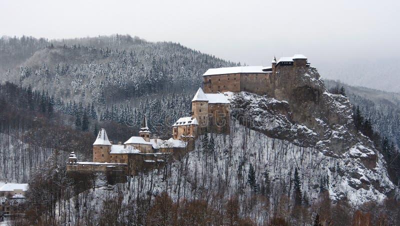 Todos los edificios del castillo de Orava en invierno fotos de archivo