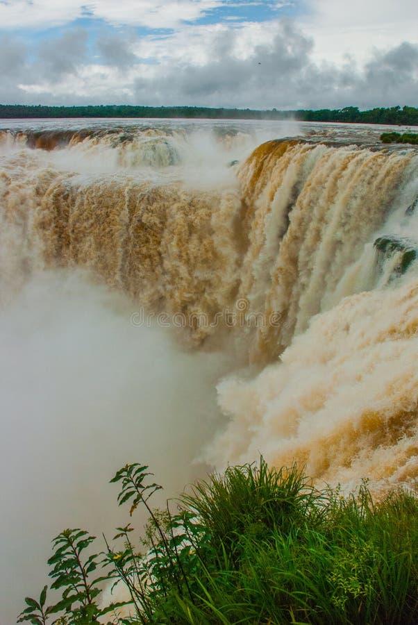 Todos los flujos que convergen en la garganta del diablo en las cataratas del Iguaz? argentina imagen de archivo libre de regalías