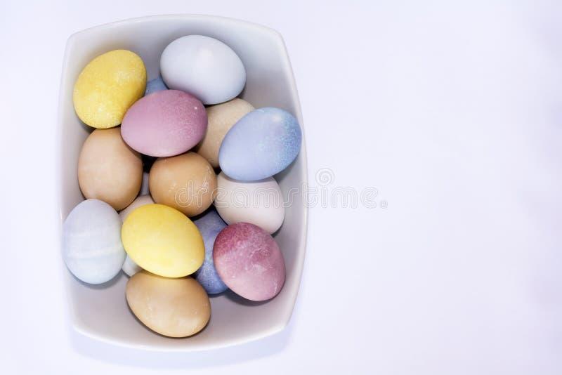 Todos los huevos de Pascua teñidos naturales imagen de archivo libre de regalías