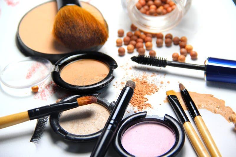 Todos los tipos de maquillaje y de cepillos imágenes de archivo libres de regalías