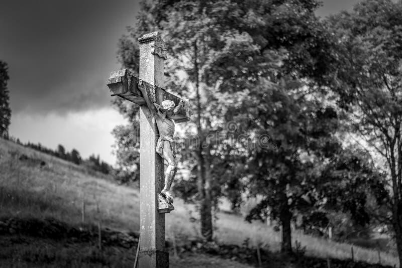 TODTNAU, ГЕРМАНИЯ - 20-ОЕ ИЮЛЯ 2018: Крест Христоса вдоль пешего Tra стоковое изображение
