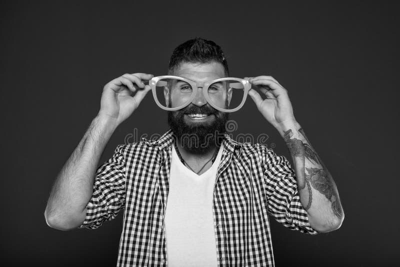Toebehoren van de slijtage grappige oogglazen van mensen de brutale gebaarde hipster Menselijke sterke punten en deugden Positiev stock fotografie